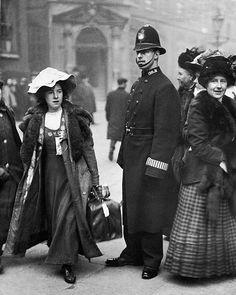 Suffragette Mabel Capper Outside Bow Street Court 1912 Old Photos, Vintage Photos, Vintage Photographs, Women In History, British History, Belle Epoque, Great Women, Amazing Women, Les Suffragettes