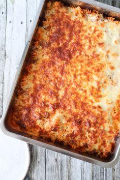 Opskrift På Lasagnette - Pasta Med Kødsauce Bagt Med Ost - Lasagnette skal man endelig ikke undervurdere! Det smager fantastisk! Jeg propper ikke en masse grøntsager i min, da jeg nyder smagen af en god kødsauce, pasta og ost. En rigtig varmende ret og så kan man altid lave en skøn salat til. Du kan altid tilføje grøntsager i denne lasagnette – jeg elsker den bare uden. #Lasagnette #Aftensmad #Pasta #Oksekød #Ost Cooking Cookies, First Kitchen, What To Cook, Mozzarella, Lasagna, Feta, Cheddar, Recipies, Food Porn