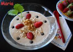 Batido de yogur y plátano con copos de avena. Ver recetas: http://www.mis-recetas.org/recetas/show/35958-batido-de-yogur-y-platano-con-copos-de-avena