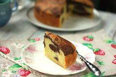Με γιαούρτι αντί για γάλα και ελαιόλαδο αντί για βούτυρο η κλασική, βουτυρένια και κάπως «χειμερινή» εκδοχή του κέικ δίνει τη θέση της σε ένα γλύκισμα γευστικό, δροσερό και αφράτο, ευχάριστο ακόμα και για τις πιο ζεστές καλοκαιρινές μέρες, που αναμφίβολα είναι μπροστά μας.