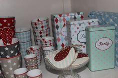 Happy Mugs in vielen verschiedenen Designs und Aufbewahrungsdosen, z.B. für Kaffee und Tee