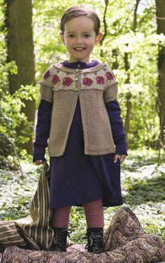 Den bedårende trøje til lillepigen har broderede valmuer på bærestykket