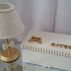 luxo neste modelo de abajur  em renda e pérolas e caixa  porta laços  #decoracaomenina #decoracoapersonalizada #decoration #decoracaobebe #decorbaby #babydecor #decorbabyroom #decorbaby #babydecor #mimosbaby #quartomenina #babygirl #quartomenina #abajurbebe #abajurdecorado #abajurrendado #abajurperolas #caixaportajoias #caixaportalacos #caixalaco #caixarendada