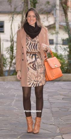 Look de trabalho - look do dia - look corporativo - moda no trabalho - work outfit - office outfit - winter outfit - fall outfit - frio - look de inverno - inverno - vestido - meia calça - marrom - bolsa laranja - casacão de lã - bota - boots - coat