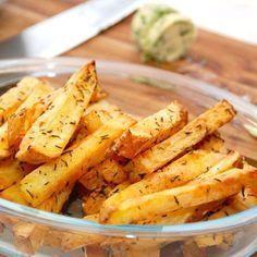 Sådan laver du SPRØDE pommes frites i ovn (tricket er blandt andet EDDIKE) Cooking Cookies, Sous Vide, French Fries, Fritters, Food Inspiration, Cooking Tips, Sweet Potato, Recipies, Food Porn