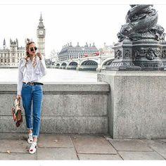 Linda essa foto da @ohhcouture em Londres (o ig dela é muito lindo, indico muito), o look fofo demais para um passeio tem tênis branco, camisa de babados e mom jeans. Muito falado nessa última temporada esse jeans tem a modelagem mais larguinhas como as calças que nossas mães usavam há tempos atrás! Curtiram? #lookdodia #londres #blonde
