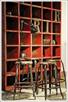 Etagères industrielles / Industrial shelves.  I've always liked the industrial look.