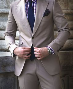 10 Style Mistakes Men Should Avoid.  BUTTONING BLAZERS No matter how expensive the suit or how clean cut the blazer is, if you button it incorrectly it will completely look wrong and the 'in the know' chaps will scoff at you. The rule depends on how many buttons the jacket has. A double breasted jacket should always be up buttoned and never worn open, however with a single breasted jacket you must never button the last bottom button - if the jacket has three buttons either button up the top…