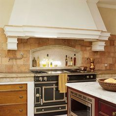 A backsplash and a kitchen stove should work together as a coherent design piece to create a focal point in your kitchen. Here's helpful information for choosing materials and designs for a kitchen stove backsplash. Small Kitchen Cabinets, Kitchen Wall Tiles, Kitchen Stove, Kitchen On A Budget, New Kitchen, Kitchen Decor, Kitchen Ideas, Kitchen Hoods, Stove Oven