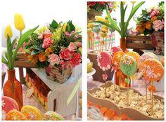 Pirulitos de biscoito maravilhosos decorando a mesa com mais cores e flores para aniversário de menina. Fabiana Moura - Projetos Personalizados