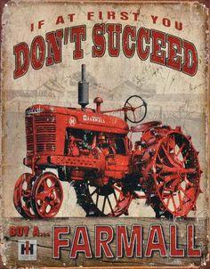 International Farmall – Succeed : Plaque décorative rétro en métal représentant un tracteur International Farmall. Idéal pour créer une ambiance américaine vintage dans votre intérieur, votre maison ou encore dans un gîte de France ou une maison d'hôtes.