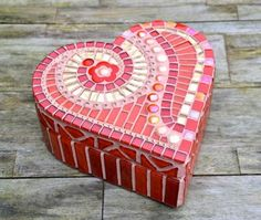 Red and gold glass mosaic heart shaped box by mimosaico on Etsy Mosaic Tray, Mosaic Tiles, Mosaic Crafts, Mosaic Projects, Mosaic Designs, Mosaic Patterns, Gold Glass, Glass Art, Old Vases