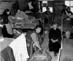 L'interno di uno dei 140 Campo Profughi per gli italiani d'Istria, di Fiume e della Dalmazia, allestiti dal 1945 alla fine degli anni sessanta in Italia, con i letti a castello e vari altri disagi. L'ultimo di questi posti di accoglienza chiuse i battenti a Trieste nel 1972
