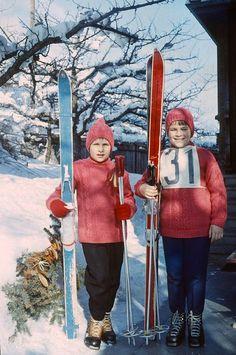 Susanne und Elisabeth bei einem Skirennen in Frutigen, Anfang der 1960er Jahre.