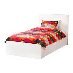 MALM Ágykeret, magas, 2 tárolódobozzal IKEA A 2 nagy görgős fiók plusz tárolóhelyet biztosít az ágy alatt.