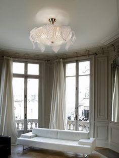 Włoska kolekcja lamp Riga tworzy tutaj piękną całość w bajkowym niemal stylu, która bez wątpienia będzie przyciągać liczne spojrzenia. Lampy te z klasycznie ukształtowanym koszem będzie pasowała do wielu pomieszczeń urządzonych w rozmaitym stylu.