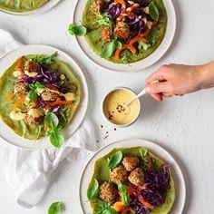 Det kan være utfordrende å spise vegetarisk eller vegansk om du sliter med å fordøye FODMAPs - men det er ikke umulig!  Spinatpannekaker med quinoaboller og spicy karridressing er både vegetarisk og lavFODMAP - og SÅ GOD! 😍 Sjekk ut oppskriften via linken i biografien: @julianne_godtformagen  Foto: @linedammen Fodmap, Quinoa, Sprouts, Food And Drink, Mexican, Vegetables, Ethnic Recipes, Vegetable Recipes, Mexicans