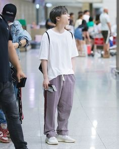 OMG jinani why you so so smol 😍😍😍 cutie Kim Jinhwan, Chanwoo Ikon, Bobby, Ikon Member, Ikon Kpop, Ikon Debut, Ikon Wallpaper, Hip Hop, Airport Style