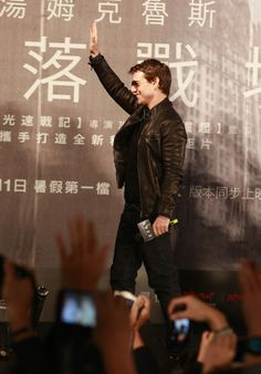 """Tom Cruise Photos - American actor Tom Cruise waves to fans at the Taiwan premiere of """"Oblivion"""" on April 2013 in Taipei, Taiwan. Joker Heath, My Tom, Celebrity Dads, Celebrity Style, Mission Impossible, Ben Affleck, Jay Z, Hugh Jackman, Actor"""