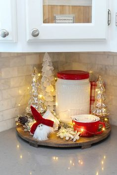 Lots of simple Christmas kitchen decor ideas. Love this pretty Christmas vignett. Lots of simple Christmas kitchen decor ideas. Love this pretty Christmas vignette all glowing with twinkle lights. Click through for the full Christmas kitchen home tour. Farmhouse Christmas Decor, Cozy Christmas, Rustic Christmas, Christmas Lights, Christmas Vignette, White Christmas, Christmas Mantels, Christmas Room, Elegant Christmas
