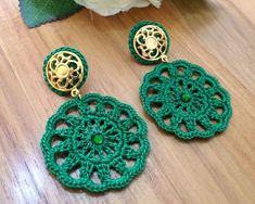 Brinco de Crochê Anelise verde REF: 0001 Crochet Jewelry Patterns, Crochet Earrings Pattern, Crochet Accessories, Crochet Necklace, Crochet Quilt, Bead Crochet, Diy Crochet, Crochet Flowers, Earrings Handmade