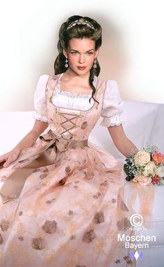 Luxuriöses Dirndl in edelster Seide - kostbare Dirndl-Couture in Pfirsich - Brautdirndl - Moschen-Bayern
