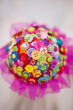 Brights estate pulsante bouquet da sposa.  Questo bouquet da sposa è stato realizzato utilizzando oltre 100 steli di pulsanti luminosi impilati e