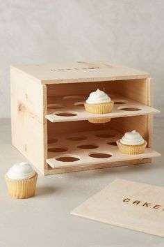 diy cupcake carrier, fully enclosed box style with door includes free plans, holds 18 regular cupcakes Porta Cupcake, Cupcake Boxes, Diy Cupcake, Cupcake Display, Wood Projects, Woodworking Projects, Projects To Try, Woodworking Bench, Sewing Projects