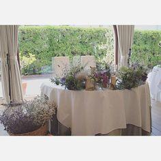 パーティ会場内は、ラベンダーやグリーンを使用してナチュラルにコーディネート。窓いっぱいに映し出された鮮やかな緑と相性抜群の装飾を完成されました。様々な花器にさしたボリューミーな装花で飾られた高砂。 横に置かれた溢れんばかりのラベンダーを入れた籠もとってもお洒落です!