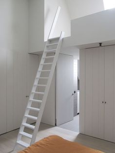 Arquiteto: Vicent Van Duysen - so cool Loft Stairs, House Stairs, House Beds, Attic Renovation, Attic Remodel, Loft Room, Bedroom Loft, Small Cottage Interiors, Tiny Loft