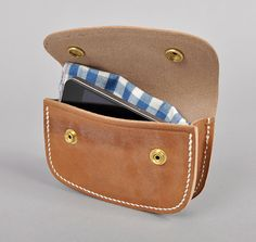 Belt pouch based on a policeman's handcuff holster. Great example of vintage design and modern utility.