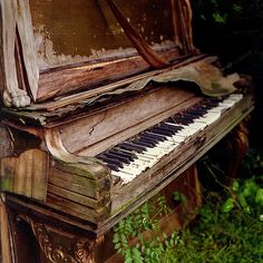 Old outside piano.