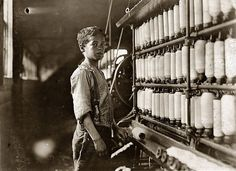 Lewis Hine fotografo: lavoro minorile in america 100 anno fa - John Dempsey 11 o 12 anni. Rhode Island, Empire State Building, International Workers Day, Lewis Hine, American Children, Documentary Photography, High Resolution Photos, Historical Pictures, The Good Old Days