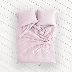 Geef je slaapkamer een frisse, nieuwe look met de Dahlia Blush cocosheets. Het gecertificeerde, satijn geweven Egyptische katoen voelt heerlijk zacht op de huid en laat jou 's nachts de mooiste dromen beleven. De subtiele glans zorgt voor een chique uitstraling en de lichte, oudroze kleur geeft jouw slaapkamer rust.