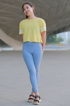 Yoga Pants Girls, Girls In Leggings, Tops For Leggings, Sporty Outfits, Mode Outfits, Sexy Outfits, Fashion Tights, Tights Outfit, Cute Asian Girls
