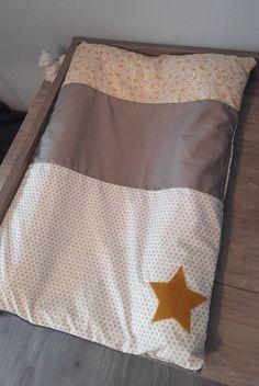 Housse de matelas à langer entièrement faite main, appliqué étoiles Tissus dans les tons taupe et jaune moutarde. Un appliqués étoile sur le bas de la housse. Fermeture par fermeture éclair Le tout lavable en machine