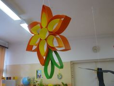 Easy Fall Crafts, Fall Crafts For Kids, Diy Home Crafts, Spring Crafts, Diy For Kids, Classroom Ceiling Decorations, School Decorations, Classroom Decor, Paper Flowers Diy