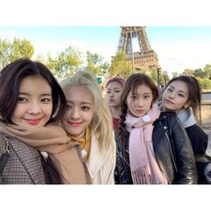 Discovered by lost. Find images and videos about kpop, girls and k-pop on We Heart It - the app to get lost in what you love. Kpop Girl Groups, Korean Girl Groups, Kpop Girls, Fandom Kpop, Group Pictures, Bff Pictures, Just Girl Things, New Girl, Photo Cards