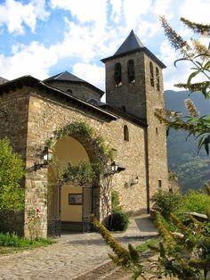 Torla. Su iglesia parroquial es del S-XVI de estilo gótico tardío. Está situada sobre una gran roca que domina el valle. La carretera actual atraviesa la roca por un túnel en dirección al Puente de los Navarros.