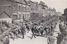 A detachment on its way to the North Wall before departing for England World war 1 -Battalions of soldiers last night left Dublin for England and then for war. Ireland 1916, Dublin Ireland, World War One, First World, Old Pictures, Old Photos, Vintage Photos, Dublin Street, Ireland Homes