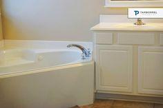 Detalles que hacen de 7 Archer Oak un gran lugar para vivir. ¿Te agrada? #casa #casas #bañera #baño #tocador #interiores