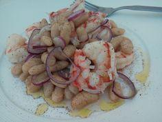 L' antipasto di gamberi con cannellini e cipolla di Tropea è un'idea per aprire un menù di pesce oppure può essere usato come secondo o piatto unico.