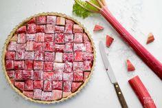 Recept: Rabarbertaart met pistache / Recipe: Rhubarb tart with pistache No Bake Desserts, Delicious Desserts, Rhubarb Tart, Ice Cream Pies, Sweet Bakery, Rhubarb Recipes, Sweet Pie, Pie Cake, Happy Foods