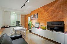 O caráter industrial é evidenciado no piso, revestimento de paredes e iluminação.