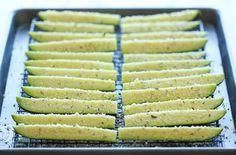 ③ズッキーニを半分に切り、さらにそれを4等分にカットします。 ④オーブンシート上にズッキーニを並べ、オリーブオイルをなじませるように回しかけます。 ⑤②で調味料を混ぜ合わせたパルメザンチーズを振りかけます。 ⑥オーブンで約15分焼きます。その後は、2~3分間ごとに確認しながら、こんがりキツネ色になるまで焼いて完成です。