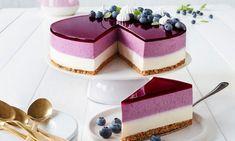 Mustikka-vaniljajuustokakku Resepti: Mustikka ja vanilja luovat täydellisen kombinaation tässä juustokakku reseptissä. Kakun kruunaa violetti kiille ja kauniit itse tehdyt marengit. - Paljon herkullisia reseptejä! Fancy Desserts, No Bake Desserts, Dessert Recipes, Baking Recipes, Cookie Recipes, Cheesecake Recipes, Blueberry Cheesecake, Mango Cheesecake, Sweet Cakes