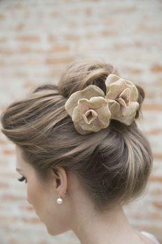 Flores de cabelo para noiva  - Foto Maíra Preto