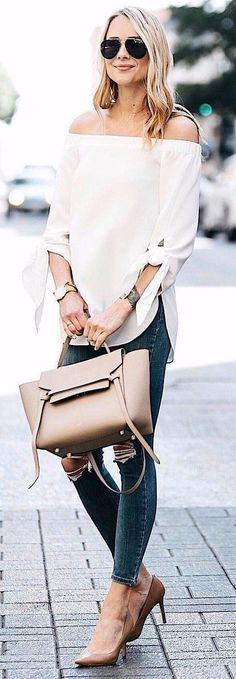 Love this street style of how to use neutral accessories but still make a bold style statement. Fashion over 40 | Style over 40