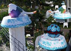 Pássaros e bola de cerâmica pintados à mão
