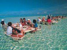 Turistas comem no meio da água em Bora Bora (Foto: Tahiti Tourism/Divulgação)